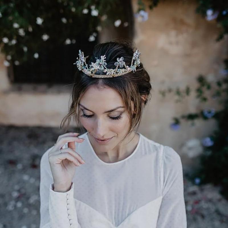 tiara con gemas y piezas de orfebrería