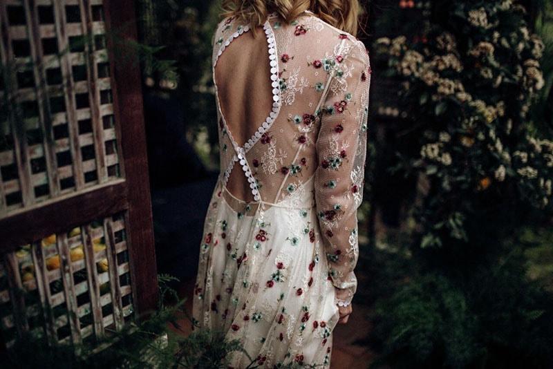 vestido de novia con flores y espalda escotada