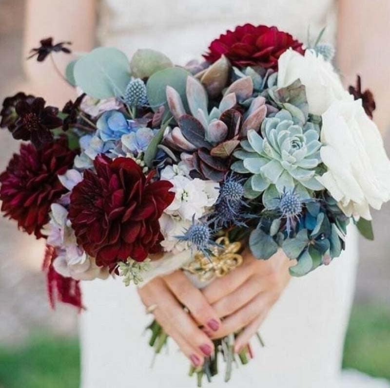 ramo de novia con cardos y mezcla de tonos granates y blancos