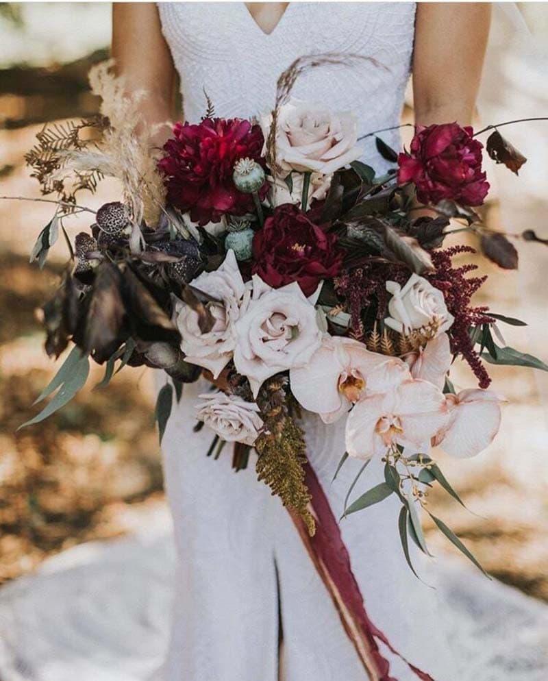 ramo despeluchado en contraste de tonos vinos y rosas cálidos