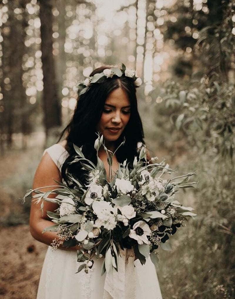novia con ramo en tonos blancos y eucaliptos