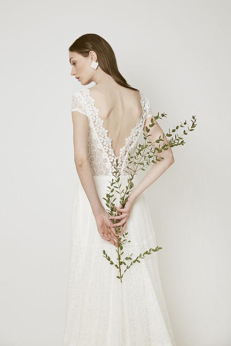 vestido de novia de nueva colección con espalda en V con encaje en diferentes dibujos