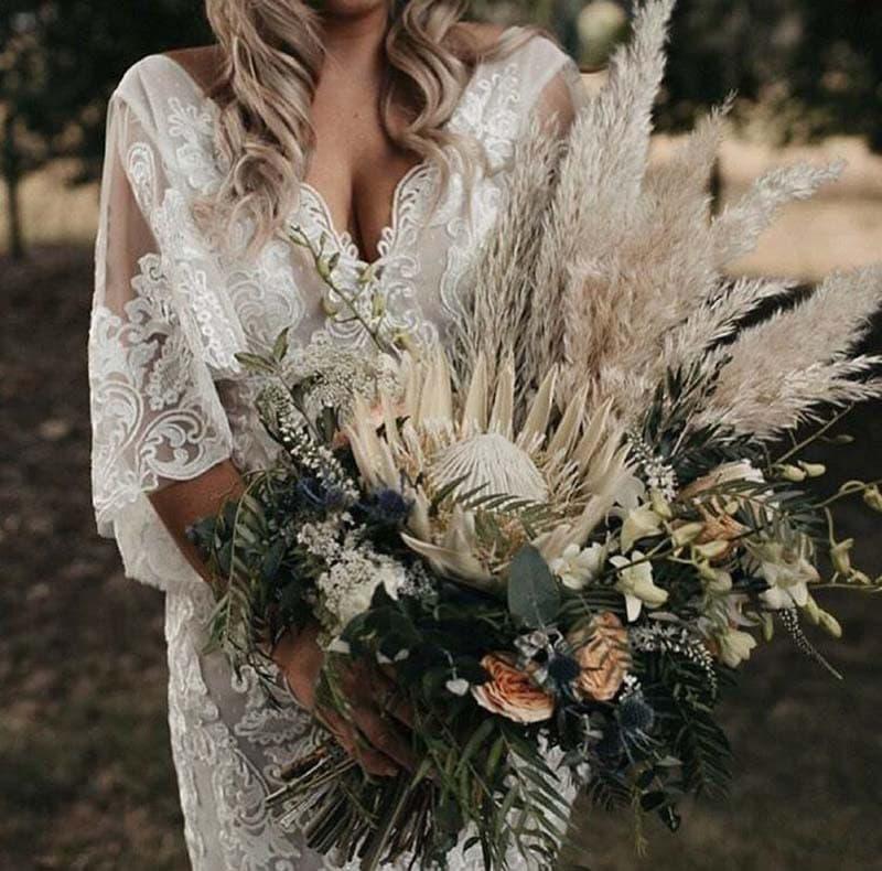 ramo de novia con proteas y plumazos