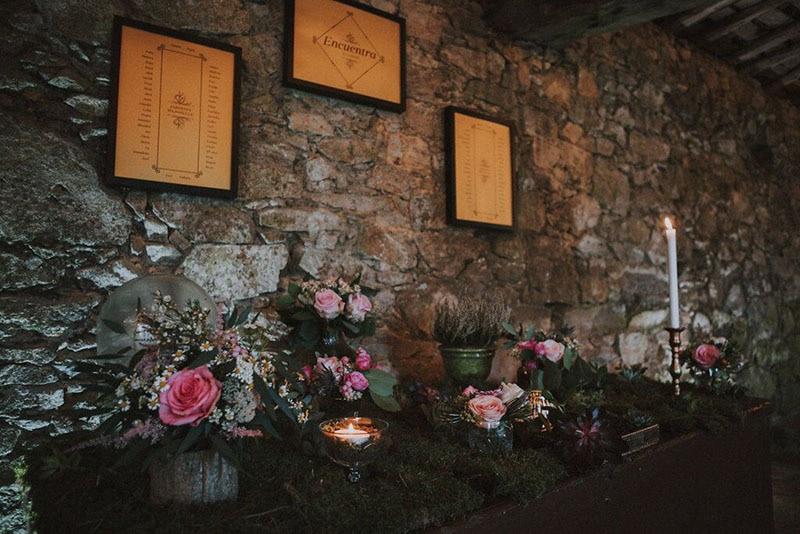 seating decorado con cuadros en pared y jarrones en mesa