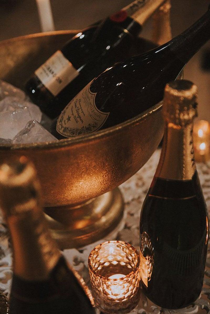 Botellas de moet en mesa y cubriera