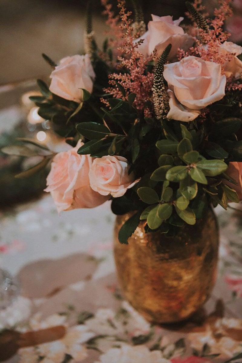 detalle de un centro de mesa con rosas