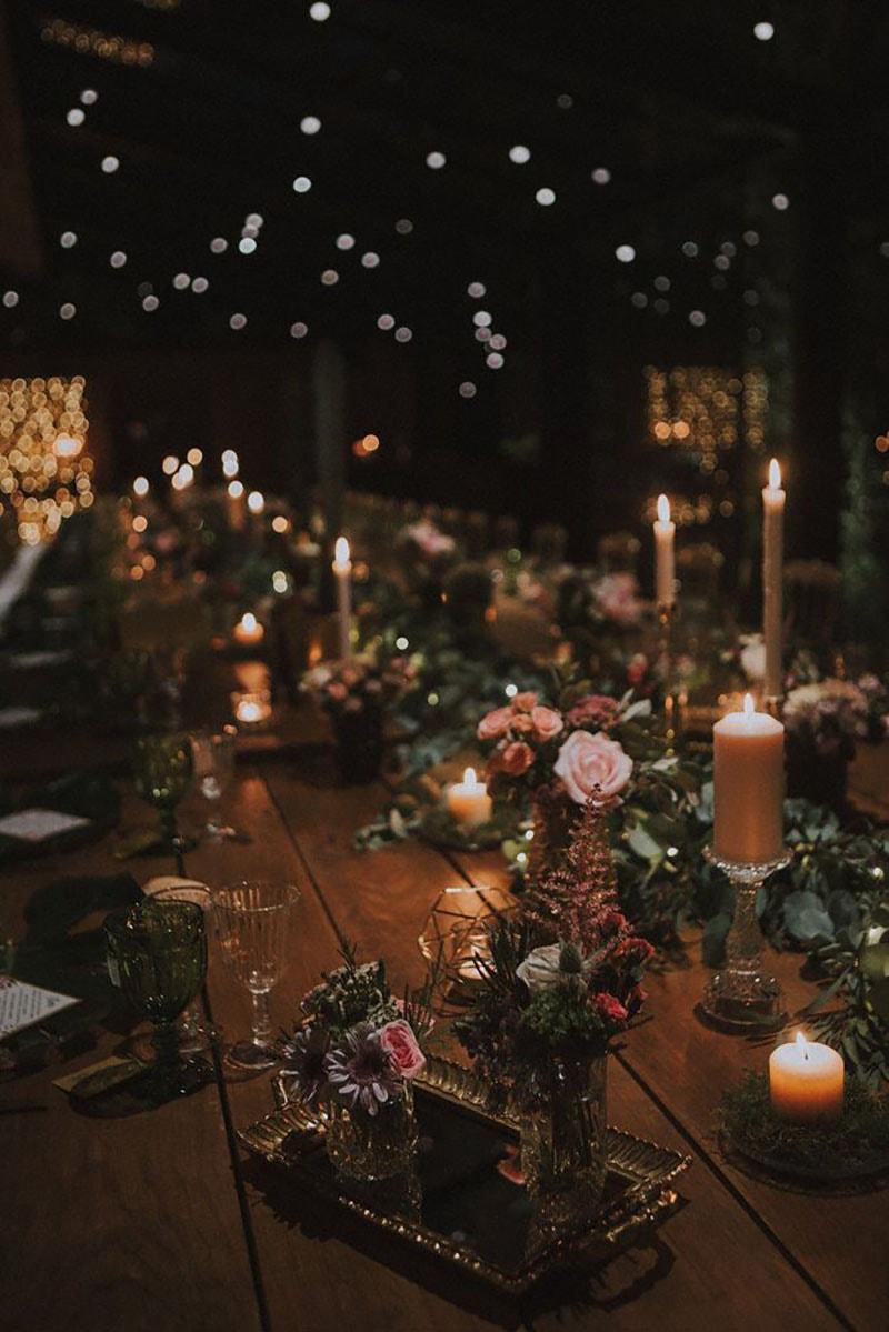 mesa decorada con velas, guirnalda y candelabros