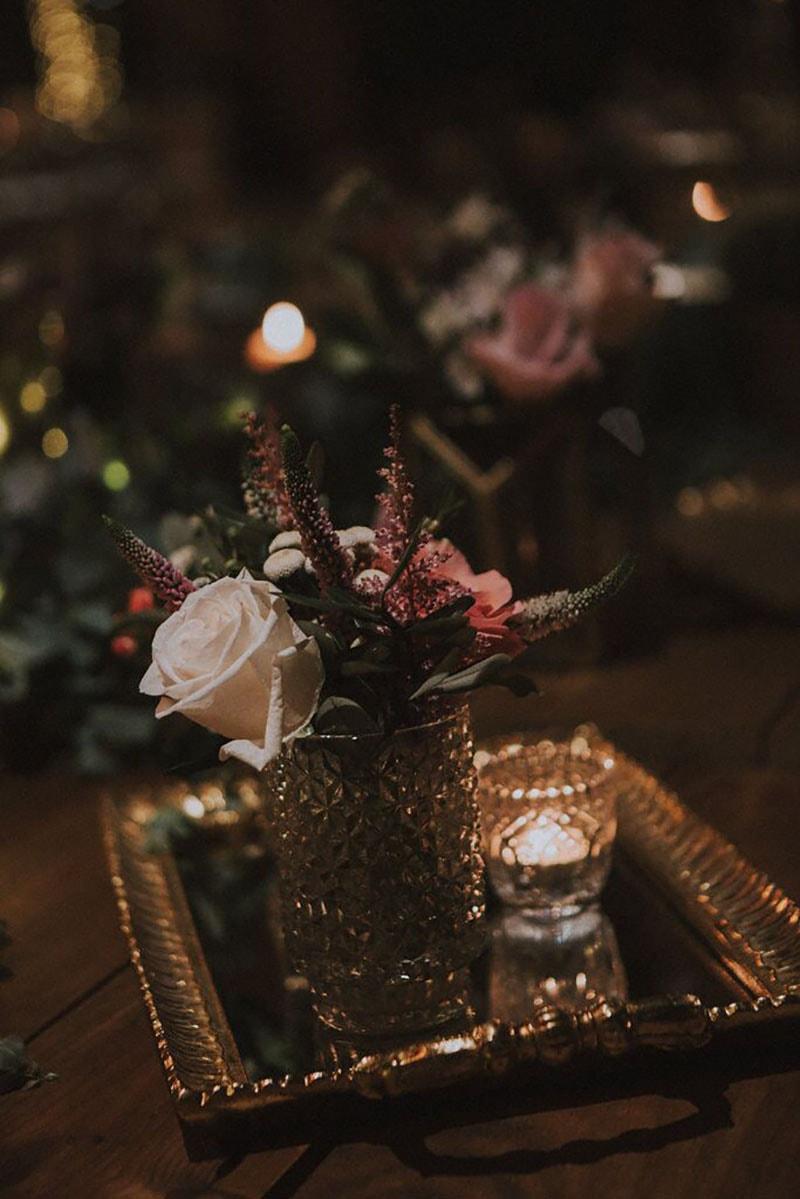 jarrón decorativo con flores y porta portavelas