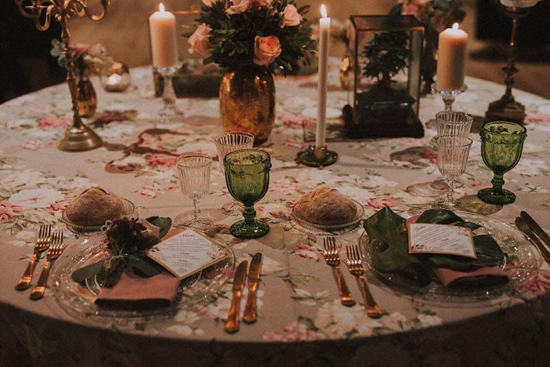 Mesa nupcial con centro de rosas