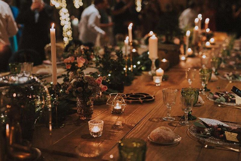 mesa decorada con velas y guirnalda