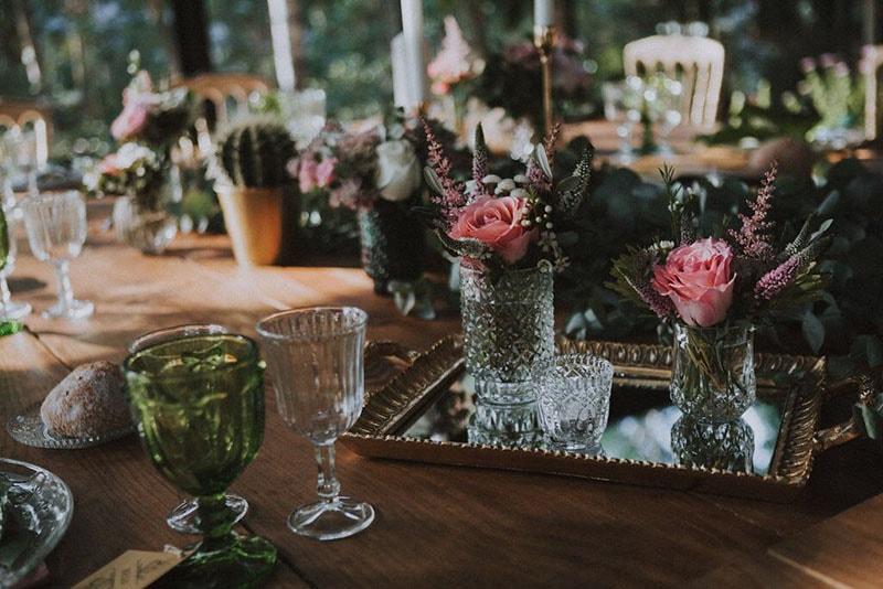 detalles de jarrones y portalvelas sobre bandeja en mesas